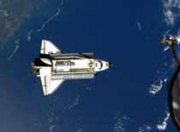 Astronautas realizam inspeção no Endeavour durante missão