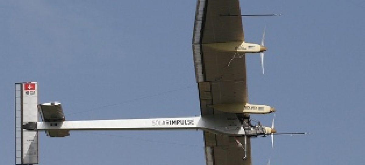 Piloto alemão testa protótipo de avião movido a energia solar na Suíça