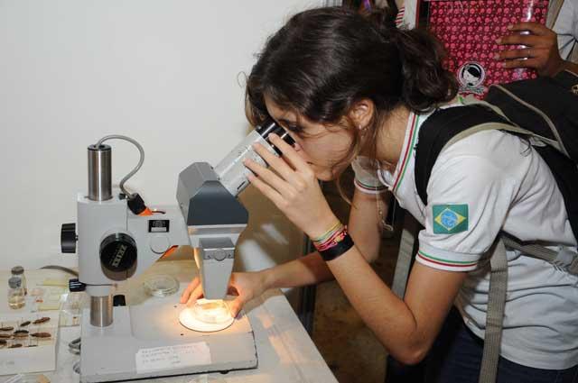 estudante-ao-microscpio