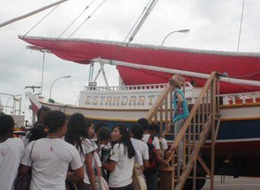 Barco Estandarte e carro do Corpo de Bombeiros encantam crianças e jovens na SNCT 2011