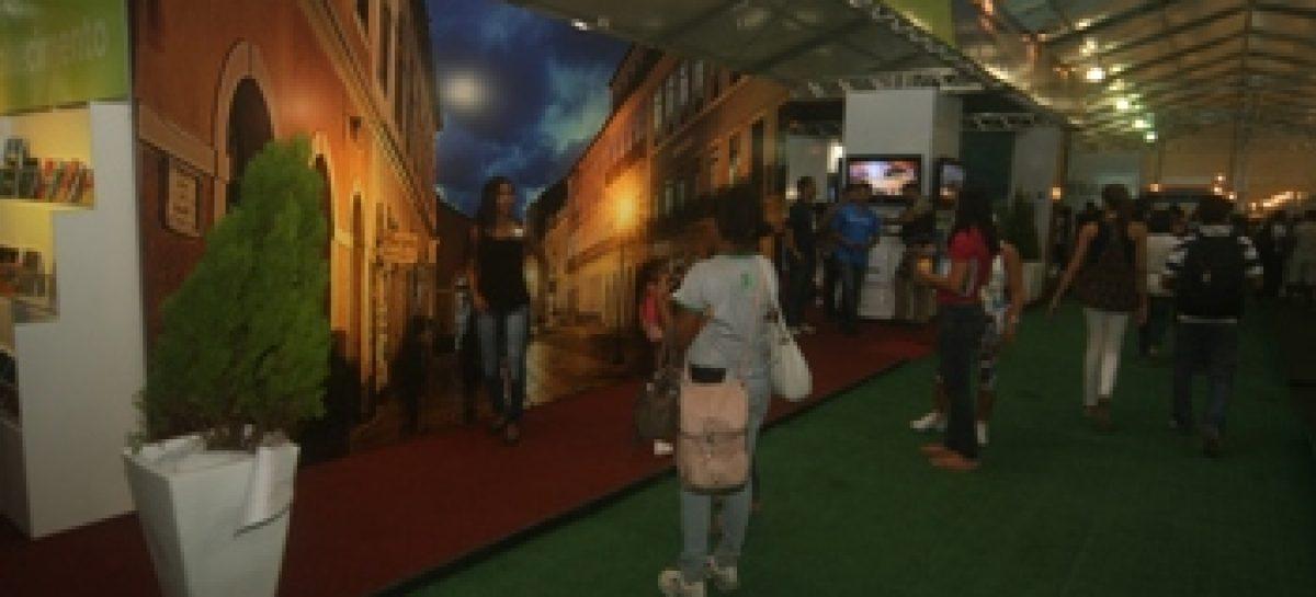 Painéis com destinos turísticos do Maranhão chamam a atenção no estande do Governo