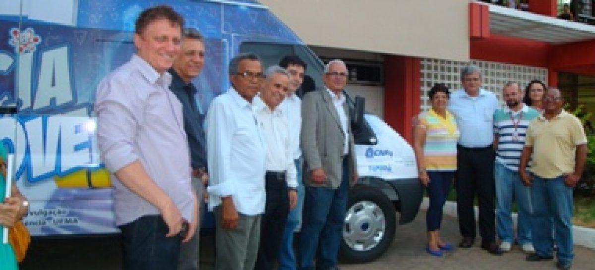Presidente da FAPEMA entrega micro-ônibus para o Projeto Ciência Móvel