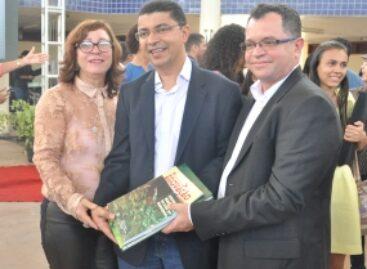 Fapema entrega livros de pesquisadores maranhenses à biblioteca da UEMA em Bacabal